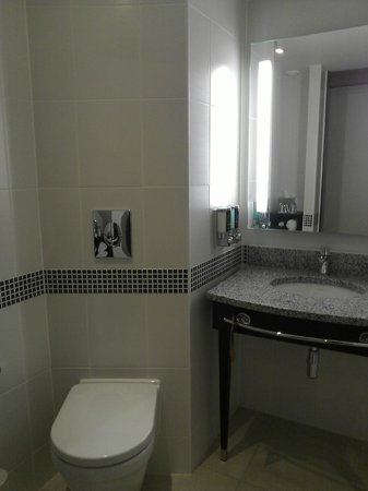 Hampton by Hilton London Gatwick Airport : well lit bathroom