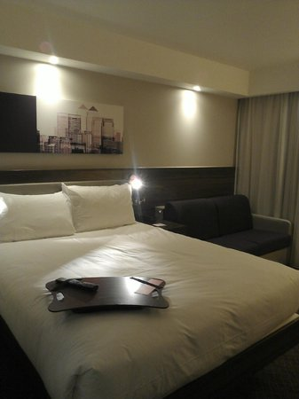 Hampton by Hilton London Gatwick Airport: sofa in some rooms