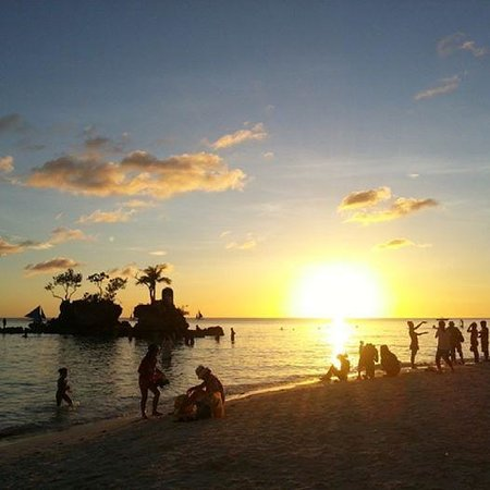 Willy's Beach Hotel: Sunset and Willy's Rock
