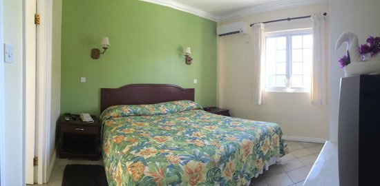 Bay Gardens Hotel: small bedroom, large bed