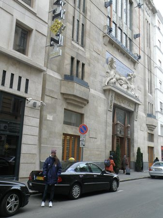 Continental Hotel Budapest: Por fuera del hotel.