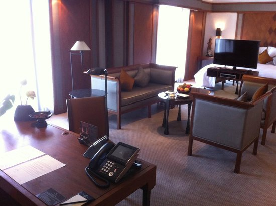 The Sukhothai Bangkok: Executive suite: An open space with desk corner, sitting area and sleeping area