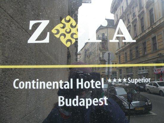 Continental Hotel Budapest: Placa del hotel en la puerta.