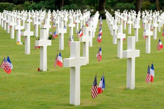 Monumento y Cementerio Estadounidense de Normandía: The flags were added for an anniversary event