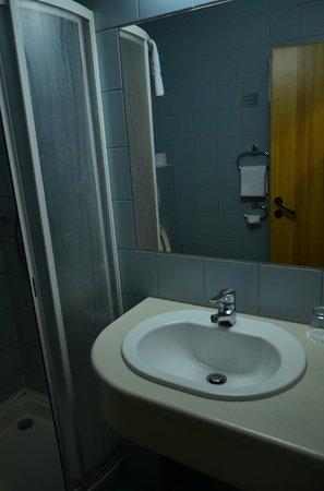 City Hotel Matyas: Bathroom in r. 204