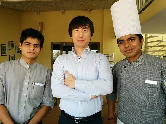 juSTa Indiranagar, Bangalore : レストランにて、Sankar、Atanu と