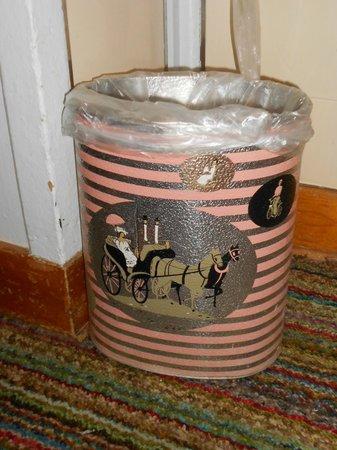 Hotel Eastin: Sassy trash can