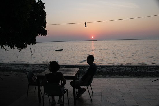 Cocomo Restaurant: Sunset view from our table