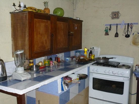 Hostal Don Raul: Kitchen for guest use after midday