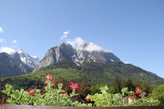 Bayern Resort: Ausblick auf die Waxensteine mit Zugspitze