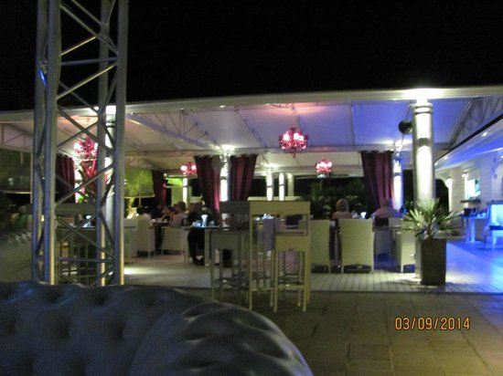 Dreams Beach Bar & Restaurant: Restaurant from the dance area