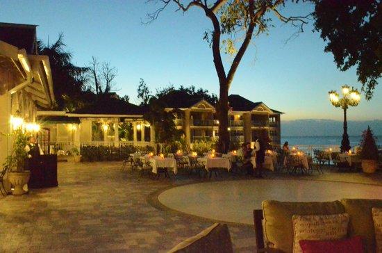 Sandals Royal Plantation: Restaurant patio at night