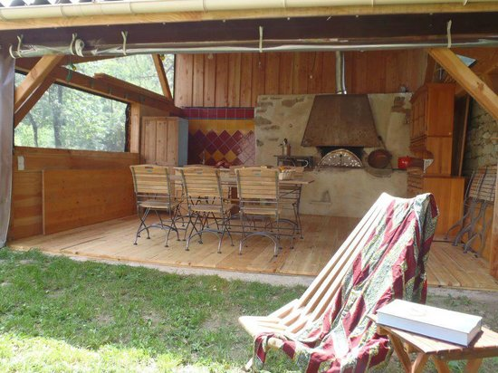 Alternatives Aux Abriols : La cuisine d'été/salle à manger, un super lieu de convivialité