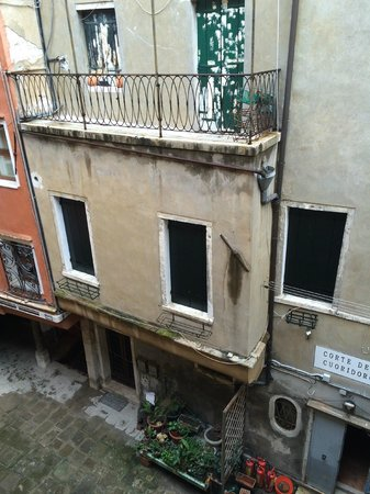 Hotel Mercurio Venezia : view into the alley