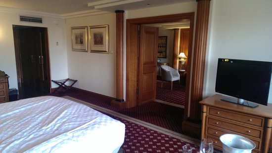 Doubletree by Hilton Hotel Glasgow Central: living room from bedroom