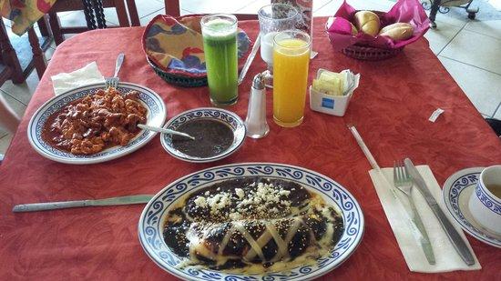 Fonda de Santa Clara: Omelette poblano y huevos aporreados