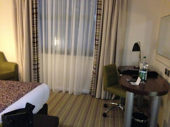 Holiday Inn London - Commercial Road: Schreibtisch