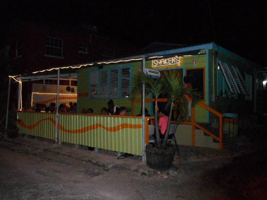 Shakers Bar & Grill: Outside.