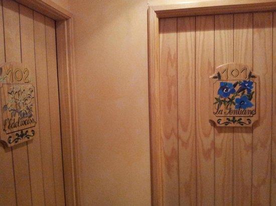Le Bois Joli : Puerta de las dos habitaciones