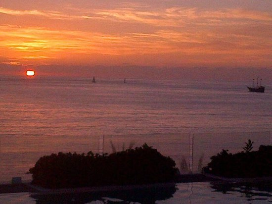 Hilton Puerto Vallarta Resort : View from adults-only 4th floor bar/pool at sunset. WOW!