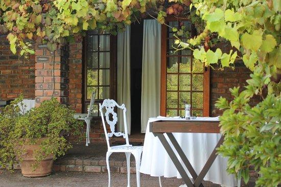 Le Petit Vignoble Bed and Breakfast: La table pour le petit déj devant la chambre
