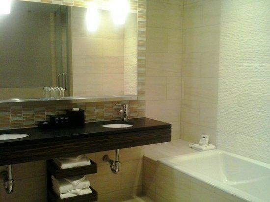 Kimpton Ink48 Hotel: baño de la habitación