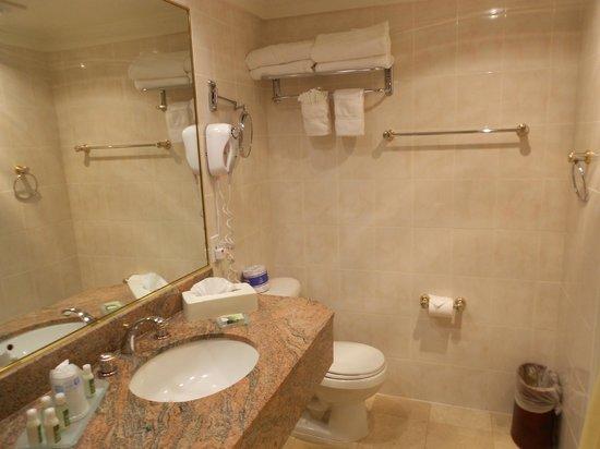 Best Western Plus Sunset Plaza Hotel: salle de bain