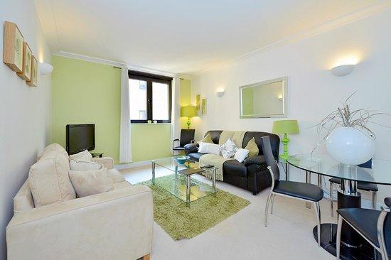 พอยท์เวสท์ อพาร์ทเมนส์ บาย คราวน์ลอว์น: Living area.