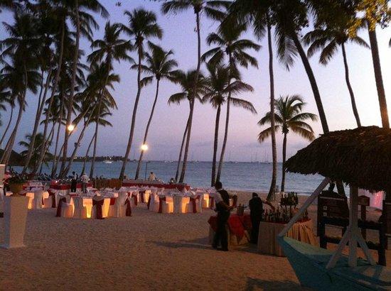 Dreams La Romana Resort & Spa: Spiaggia dell'hotel con tavolini per cena romantica