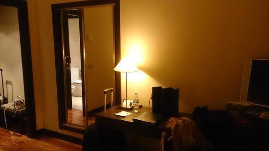 NH Canciller Ayala Vitoria : Habitación: Lámpara en la mesa