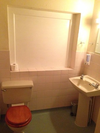 Gatwick Belmont Hotel & Restaurant: Clean bathroom!!
