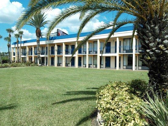 Days Inn Orlando Airport Florida Mall: Bloco de apartamentos.