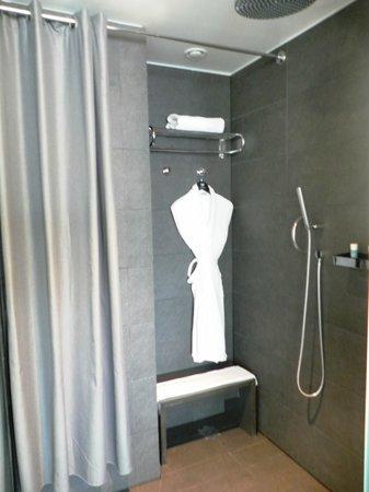 W Barcelona: La ducha es grande y moderna.