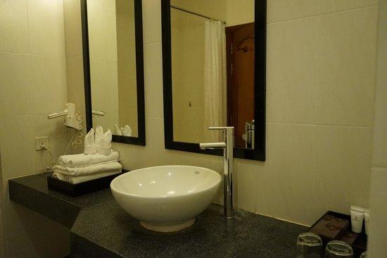 Lotus Blanc Resort: bathroom sink area