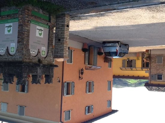 Podere Diamante: the entrance and one of the building of the rooms