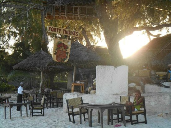 Forty Thieves Beach Bar & Bistro: siroter un bon cocktail les pieds dans le sable fin