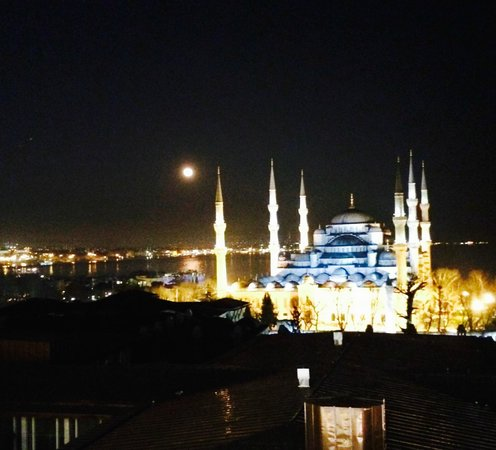 Hotel Arcadia Blue: Blue Mosque at night with full moon