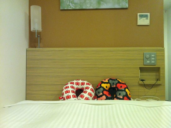 Sotetsu Fresa Inn Tokyo Kyobashi: Our pillows arranged by the nice housekeeper... :)