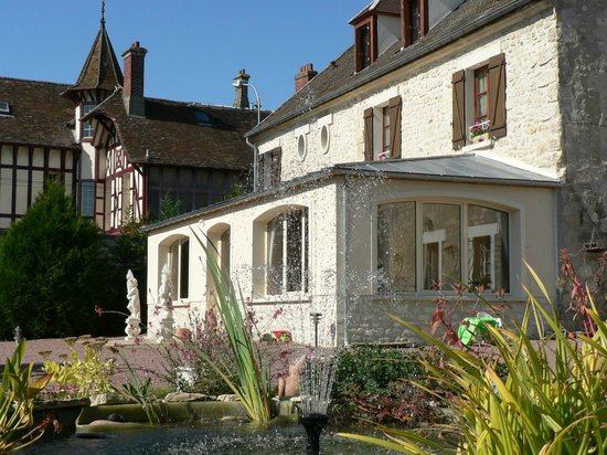 Chambres d'Hôtes du Lys: Vue depuis la cour / View from the yard