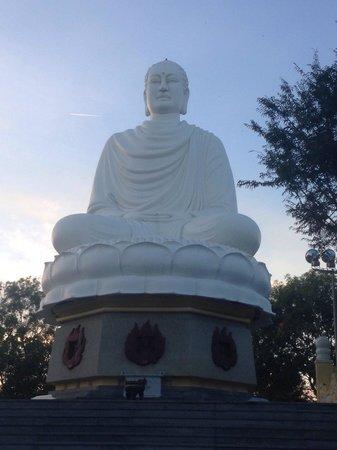 Long Son Pagoda : Сидящий Будда