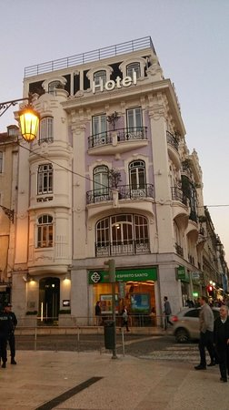 Internacional Design Hotel: La fachada al anochecer