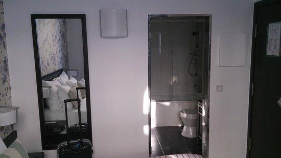 Internacional Design Hotel: la entrada al baño