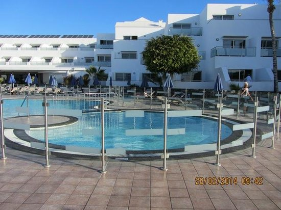 Hotel Lanzarote Village: attractive lounging area and pool