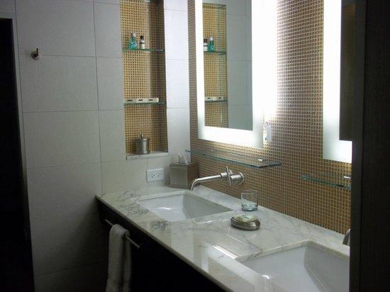 Hotel Breakwater South Beach: chambre de bain