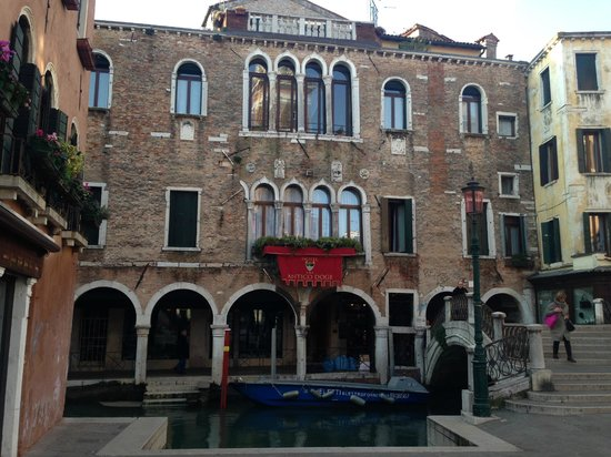 Hotel Antico Doge : Вид с Campo SS Apostoli