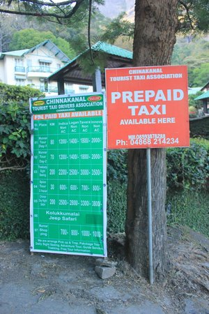 Club Mahindra Munnar: Taxi stand outside the resort