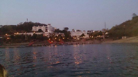 Jaisamand Island Resort: Resort from boat