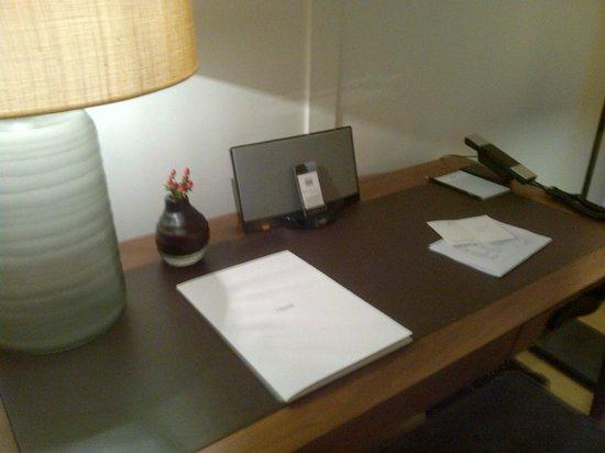 LOUIS Hotel: Schreibtisch