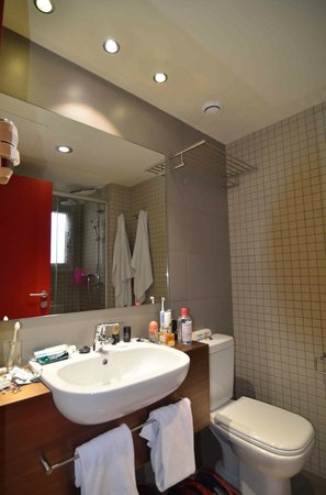 Leonardo Boutique Hotel Barcelona Sagrada Familia: Salle de bain côté lavabo