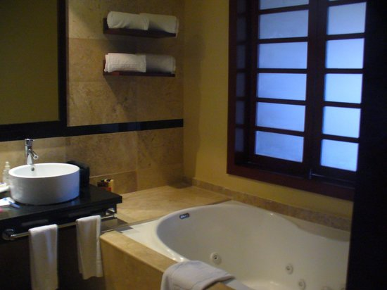 Grand Riviera Princess All Suites Resort & Spa: Tub area with sliding look through to the main room